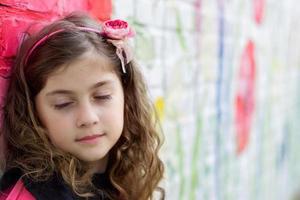 porträtt av en vacker liten flicka med slutna ögon foto