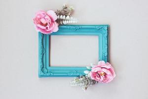 komposition gjord av dekorativ bildram och pastellfärgade blommor med kopieringsutrymme foto