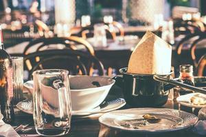 rester, tomma tallrikar och smutsiga glas och disk i restaurangen efter middagen foto