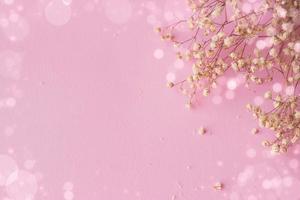 rosa bakgrund med små vita blommor och bokeh, med kopieringsutrymme foto