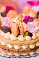 detaljer av en påskkaka - vaniljkaka dekorerad med makron och blommor foto
