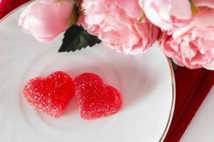 två marmeladhjärtor och blommor foto