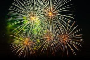festliga fyrverkerier på natthimlen. ljus flerfärgad honnör på svart bakgrund. plats för text. foto