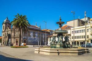 igreja do carmo church och lejonens fontän i Porto, Portugal foto
