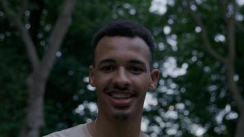 porträtt av ung man tittar på kameran ler foto