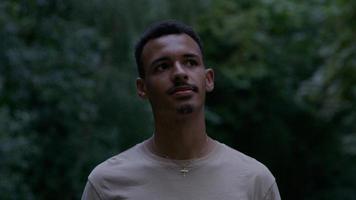 ung man står i park foto