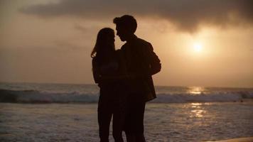 porträtt av ungt par som dansar på stranden foto