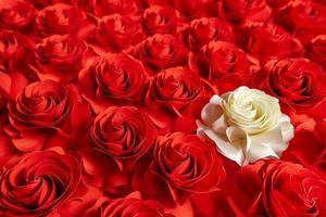 pappersblomma, vita rosor på röda rosor bakgrund, abstrakt blomma klippt av papper, bröllopsdekorationer foto