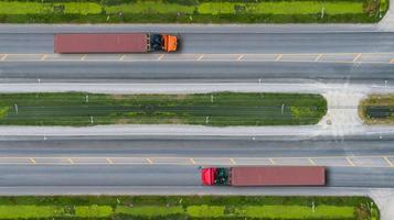 Flygfoto ovanifrån av lastbilar på väg och motorväg foto