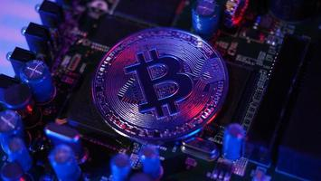bitcoin och halvledare. representerar gruvdrift i kryptovaluta orsaka global uppvärmning. foto