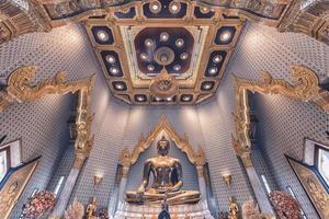 wat traimit tempel med inuti den gyllene buddha i bangkok foto