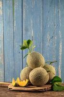 närbild cantaloupemeloner på träbord foto