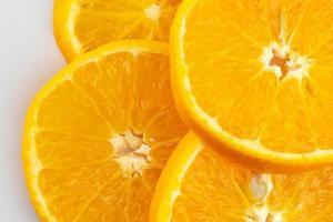 färska skivade apelsiner som isoleras över vit bakgrund foto