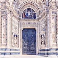 Fasad av basilikan Saint Mary of the Flower i Florens, Italien foto