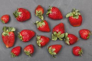 färska mogna jordgubbar på svart bakgrund. foto