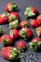 färsk mogen jordgubbe med vattendroppar närbild. foto
