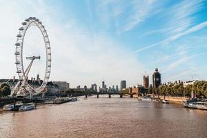Big Ben och Westminster Bridge i London, Storbritannien foto