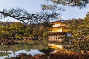 kinkakuji-templet rokuon-ji-templet. gyllene paviljongen i kyoto, japan. liggande vy foto