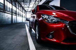 bilsvans ljusröd färg på svart bakgrund för kunder. med bakgrundsbild eller bakgrund för transport eller bil foto