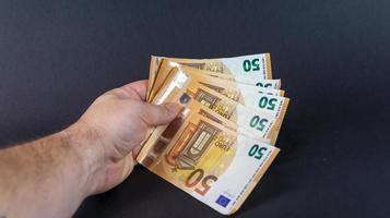 man med 50 eurosedlar foto