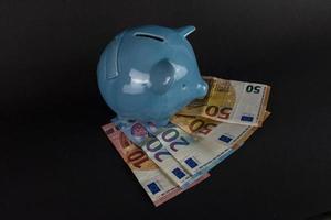 spara från naio ovanpå eurosedlar foto