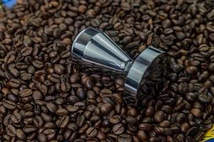 kaffebönor med stålpress foto