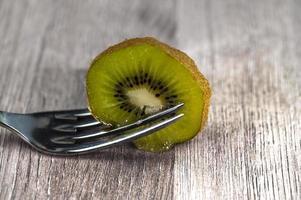 komposition med kiwi och gafflar foto