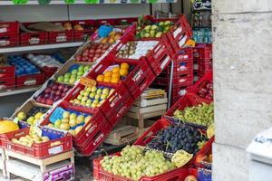 frukt som visas till salu i en grönsakshandlare foto