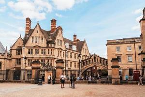 oxford, Storbritannien - 29 augusti 2019 - Suckbryggan som förbinder två byggnader vid Hertford College i Oxford, England. foto