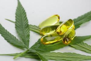 essentiella oljekapslar för cannabis på vit bakgrund foto