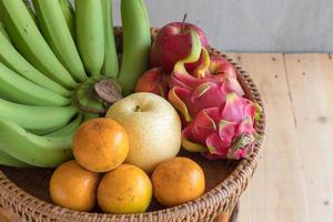 frukt bantar koncept olika frukter på träbord foto