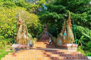 Chiang Mai, Thailand - 8 dec 2020 - Gyllene berget vid templet vid Wat Phra som doi Suthep. foto