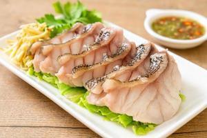 ångad havsfisk med kryddig doppsås foto