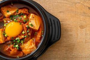 kimchi jjigae eller kimchi soppa med tofu och ägg eller koreansk kimchi gryta foto