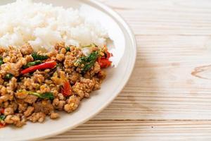 rör stekt thailändsk basilika med malet fläsk på toppat ris foto