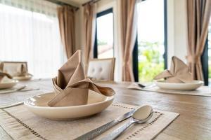 servetter på matbordet foto