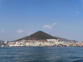 panorama från havet till staden Yeosu. Sydkorea. januari 2018 foto