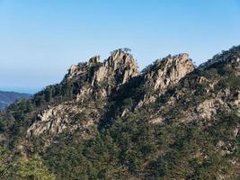 hög bergstopp. Seoraksan nationalpark. Sydkorea foto
