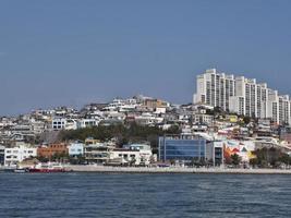 panorama från havet till staden Yeosu foto