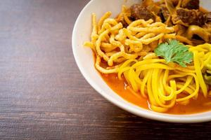 norra thailändska nudel curry soppa med bräserat fläsk foto