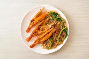 uppstekt ris vermicelli och vattenmimosa med flodräkor foto