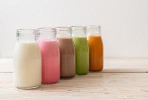 thai mjölkte, matcha grönt te latte, kaffe, chokladmjölk, rosa mjölk och färsk mjölk i flaskan foto