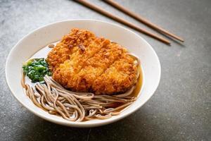 soba ramen nudel med japansk stekt fläskkotlett foto