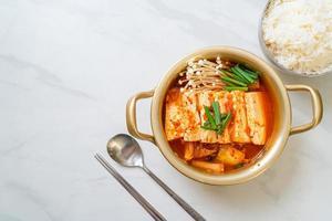 kimchi jjigae eller kimchi soppa med mjuk tofu eller koreansk kimchi gryta foto
