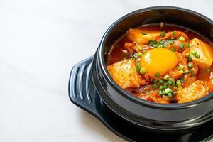 kimchi soppa med tofu och ägg eller koreansk kimchi gryta foto