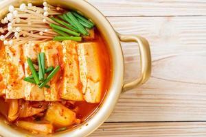 kimchi soppa med mjuk tofu eller koreansk kimchi gryta foto