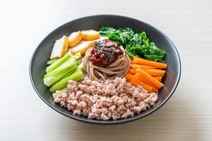 koreanska kryddiga kalla nudlar foto