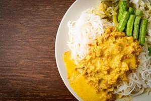 thailändska risnudlar med krabba curry och olika grönsaker foto
