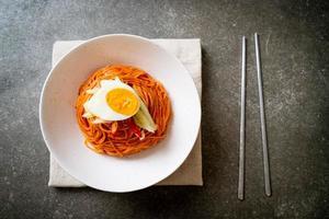 koreanska kalla nudlar med ägg foto