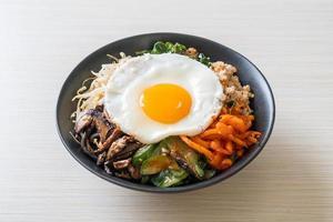 koreansk kryddig sallad med ris - traditionellt koreansk mat, bibimbap foto
